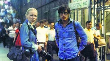 Kadr z filmu Człowiek z marmuru. Utwór grupy Arp Life ozdabia czołówkę filmu Andrzeja Wajdy