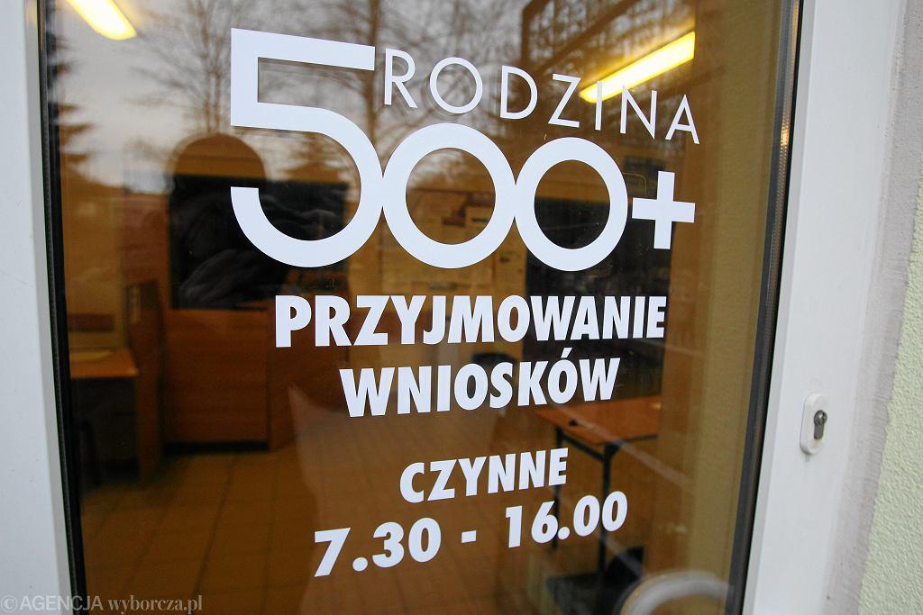 Flagowy program rządu PiS: 500+.Na zdjęciu Centrum Świadczeń w Szczecinie, pierwszy dzień składania wniosków, 1 kwietnia 2016