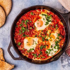 Co zamiast kanapek - pomysły na ciepłe zimowe śniadanie. Szakszuka z jajkami i chorizo