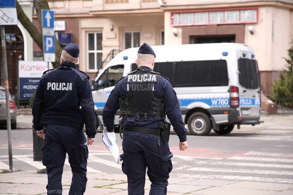 Patrol policji w Szczecinie sprawdza czy osoby, na które nałożono kwarantannę przebywają w domu, marzec 2020 r.