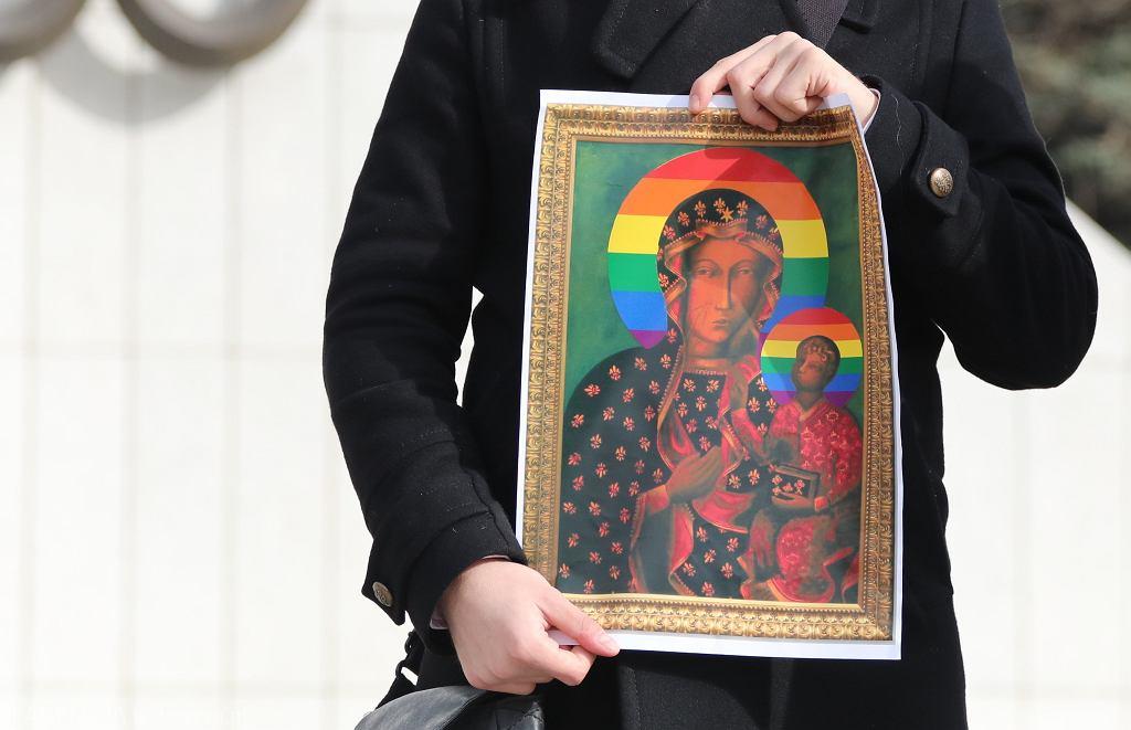 Tęczowa Matka Boska. TVP prześwietliła życie sędzi, która uniewinniła aktywistki (zdjęcie ilustracyjne)