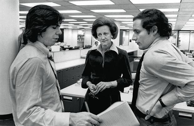 Katharine Graham, Carl Bernstein (po lewej) i  Bob Woodward (po prawej) omawiają aferę Watergate w newsroomie The Washington Post, 30 kwietnia 1973 r.