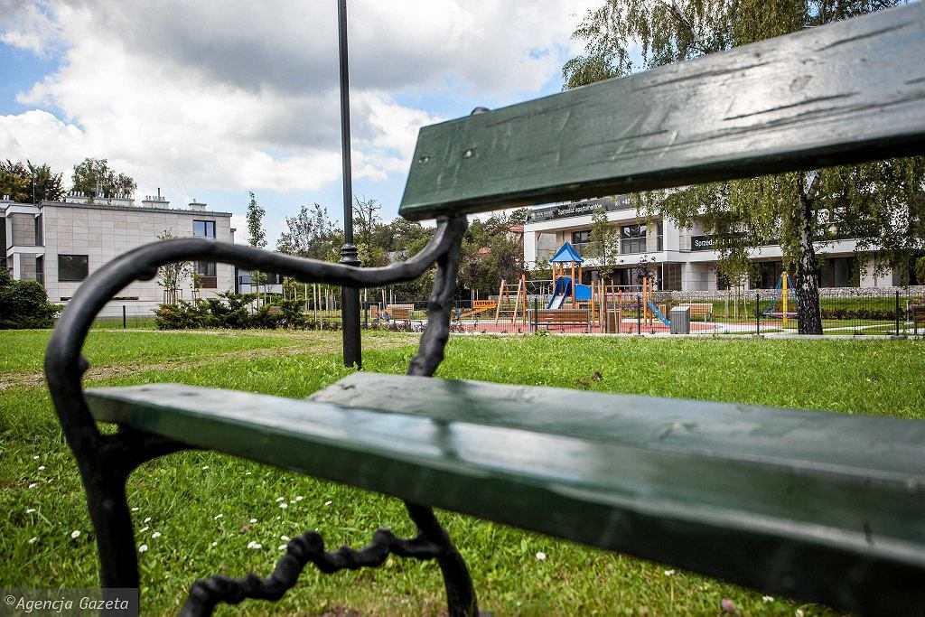 Plac zabaw graniczący z Parkiem Dębnickim