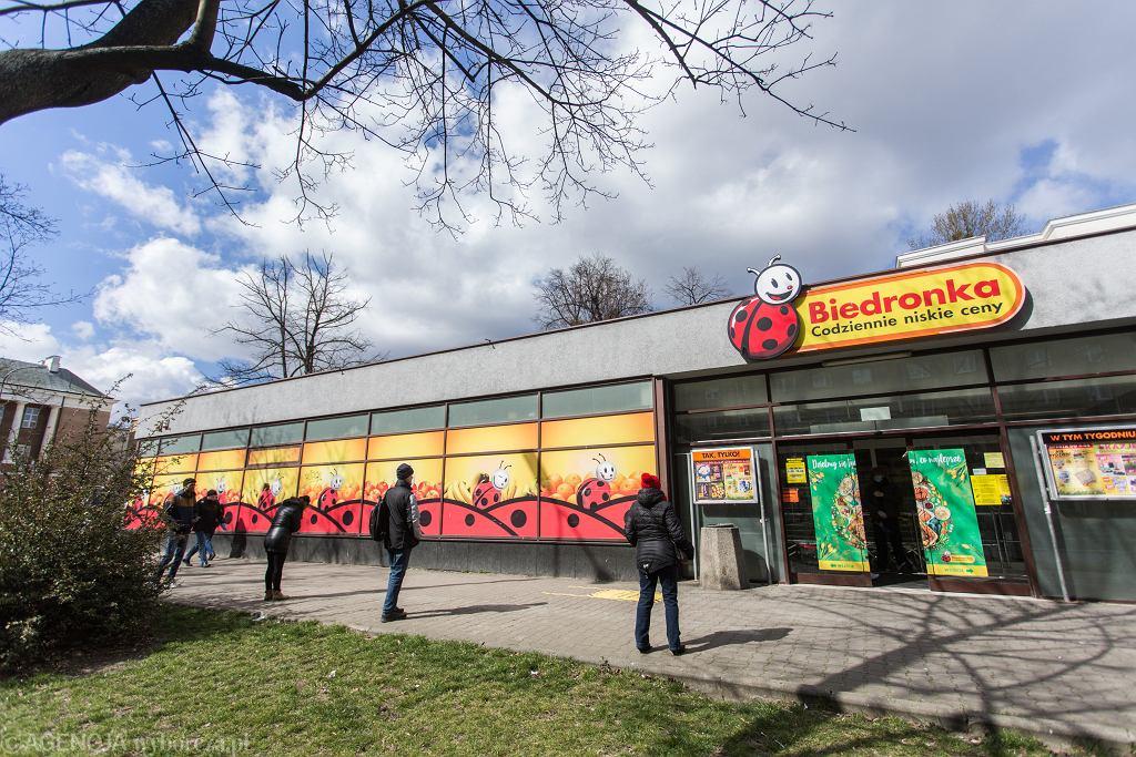 Kolejka do sklepu Biedronka w Warszawie po zaostrzeniu przepisów o poruszaniu się w miejscach publicznych.
