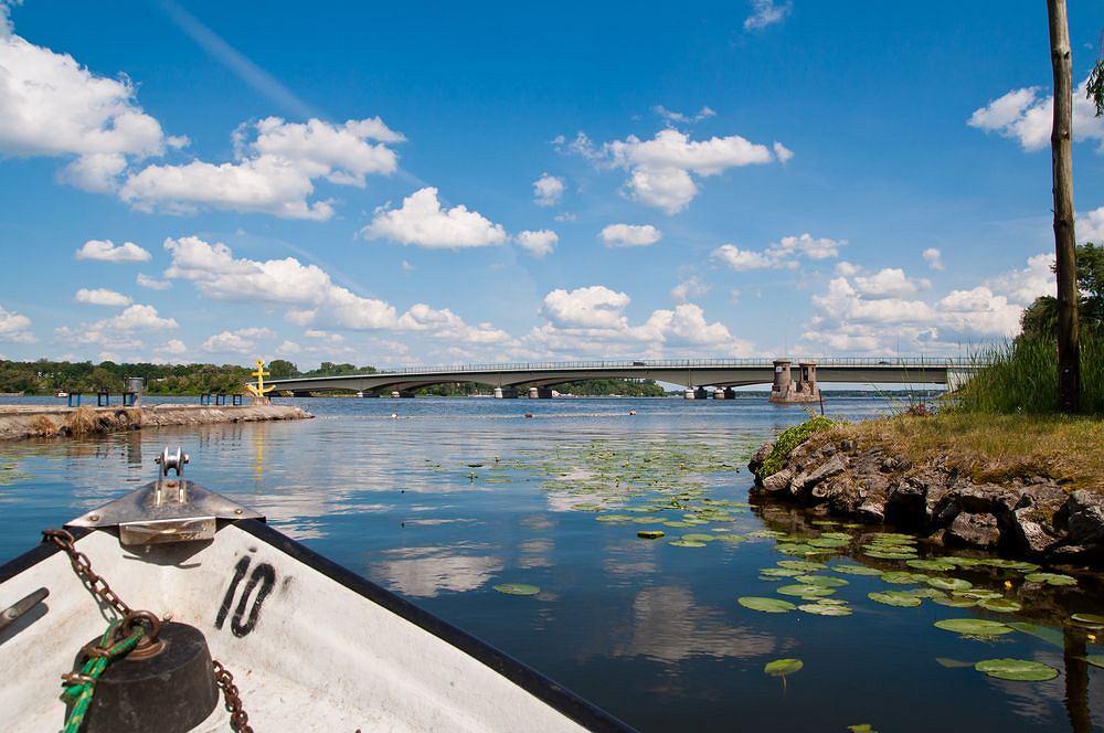 Jezioro Zegrzyńskie. W każdy ciepły weekend kilka plaż, które znajdują się nad Jeziorem Zegrzyńskim, zapełniają się turystami. Utworzony na rzece Narwi zbiornik, zwany też zalewem, leży tylko 30 kilometrów od stolicy. To jedno z najchętniej odwiedzanych przez warszawiaków kąpielisk za miastem.