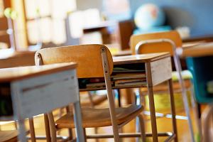 Plecaki wreszcie mają być lekkie - dzieci zostawią książki w szkole. Matka: Niby jak? W domu codziennie trzeba czytać