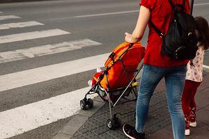 Dlaczego matka czeka na pasach 12 razy, gdy odprowadza dziecko do przedszkola po drugiej stronie ulicy?