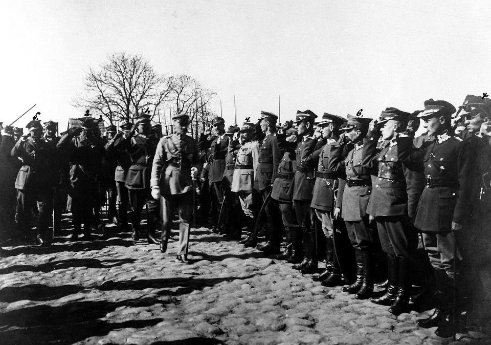 Józef Piłsudski miał na sobie mundur marszałka Polski z gwiazdą Legii Honorowej. Już w mieście przyjął raport od komendanta placu kpt. Mariana Przyłuskiego