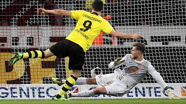 Robert Lewandowski strzela karnego w meczu z Mainz. Broni Loris Karius