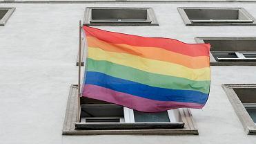 Tęczowa flaga w centrum Poznania na budynku przy Al. Marcinkowskiego