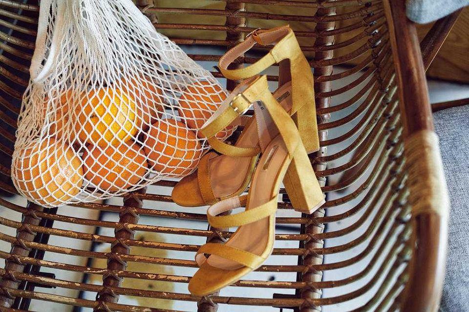 żółte sandały na słupki z nowej kolekcji BORN2BE X #ITGIRLS z Idą Nowakowską