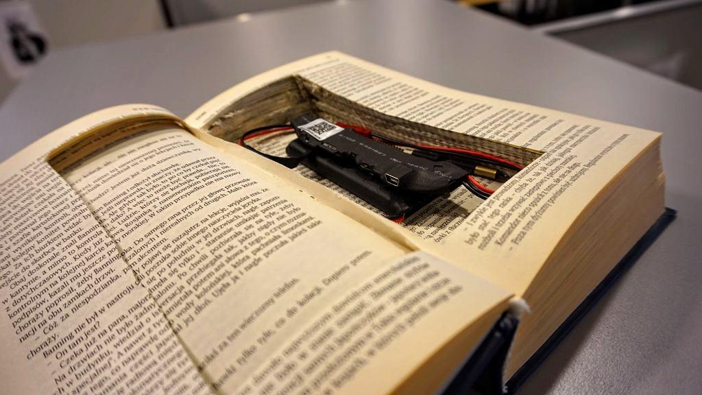 Moduł miniaturowej kamery Wi-Fi schowany w książce