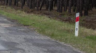 Słupki przy drodze: po co są i co oznaczają wpisane na nich cyfry?