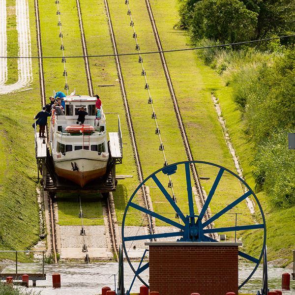 Kanał Elbląski - zabytek i pomnik historii; transport łodzi między jeziorami.
