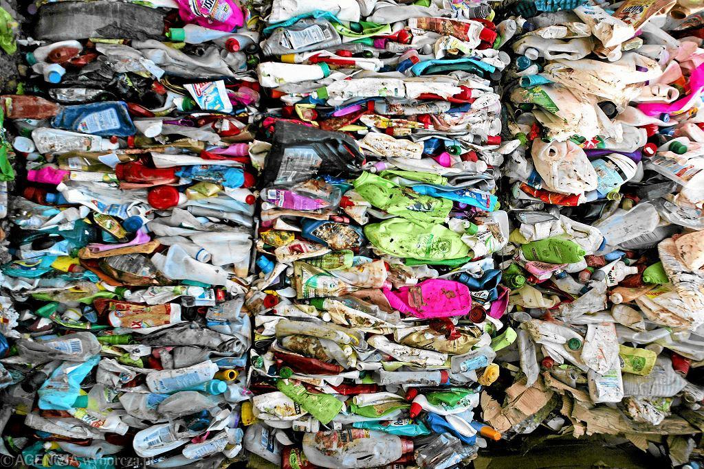 Sprasowane odpady plastikowe