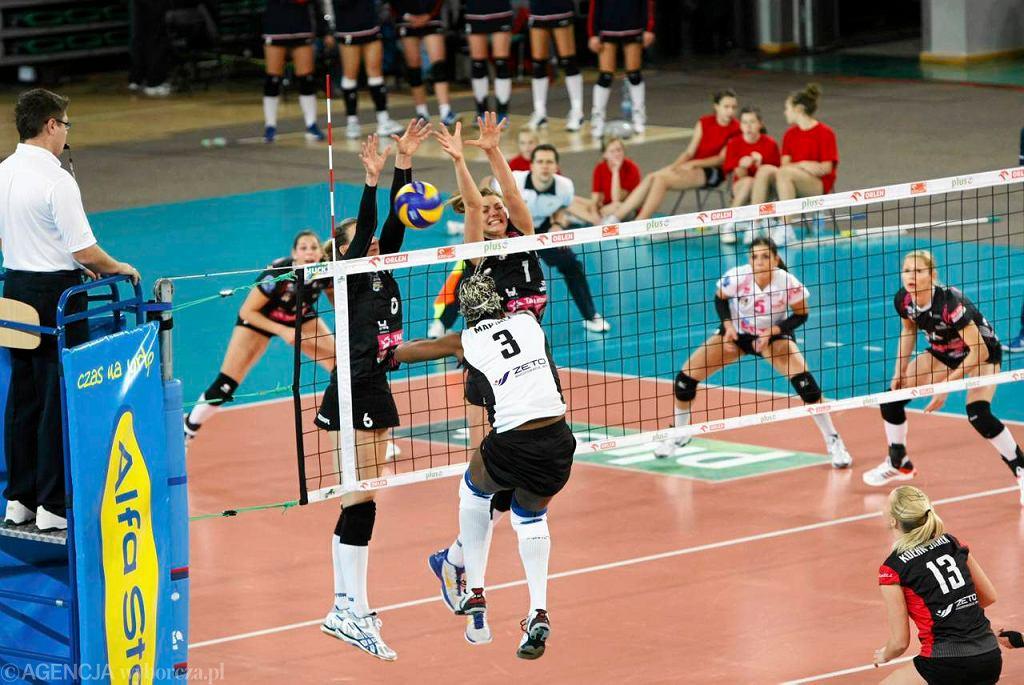 W grudniu 2012 dąbrowianki (ciemne stroje) wygrały 3:0 w Bydgoszczy