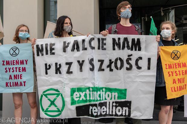 Rząd PiS daje zielone światło leśnikom, aby mogli sprzedawać drewno elektrowniom do spalenia... Na zdjęciu: pikieta przed Sejmem, Warszawa, 14 lipca 2020
