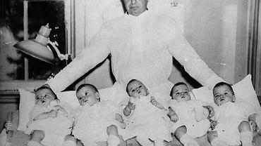 Premier Ontario Mitchell Hepburn z pięcioraczkami Dionne w 1934 roku.