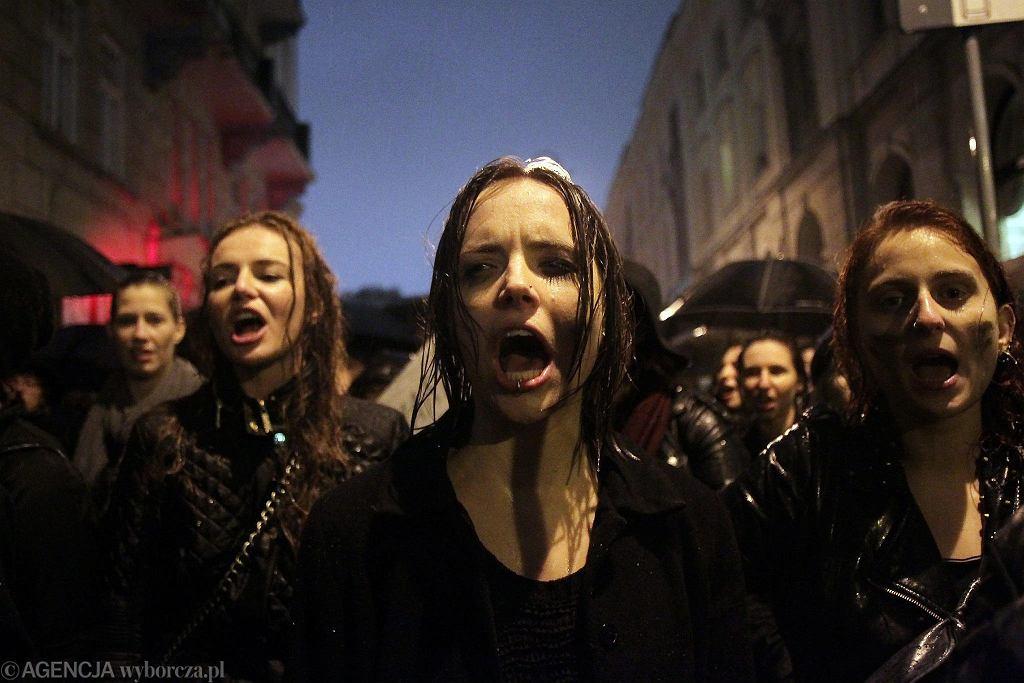 Czarny Poniedziałek - demonstrantki pod teatrem Polskim w którym bawią prezydent Andrzej Duda i jego partyjny zwierzchnik Jarosław Kaczyński. Warszawa, 3 października 2016