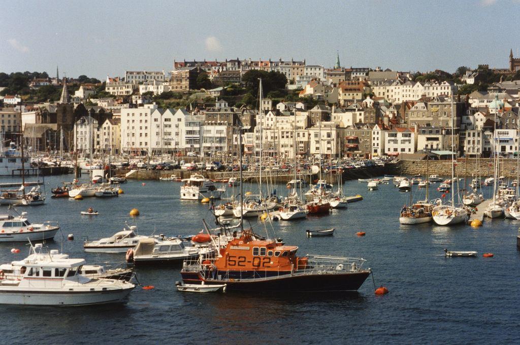 St. Peter Port - stolica i największy port na Guernsey, fot. Robert Linsdell (flickr.com), licencja: CC BY 2.0