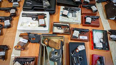 Lublin. CBŚP rozbiło zorganizowaną grupę przestępczą. Zatrzymano siedem osób i blisko 300 sztuk broni