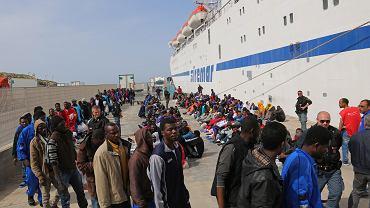 Imigranci z Afryki na włoskiej Lampedusie
