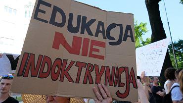 21.06.2021, Warszawa, protest 'Czarnek idź precz' pod Ministerstwem Edukacji