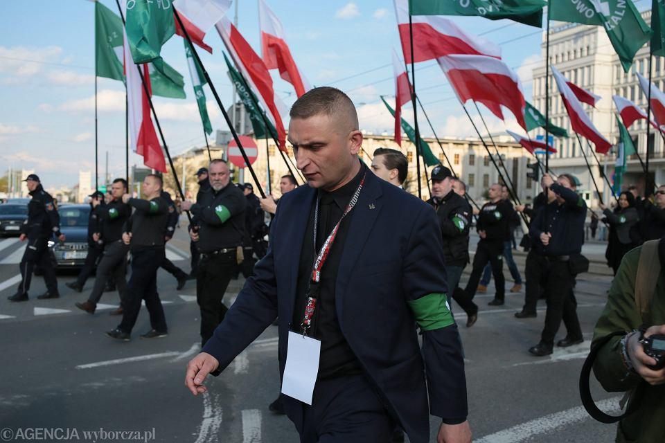 Robert Bąkiewicz podczas marszu faszystowskiej organizacji ONR (SN wydał wyrok, że można nazywać ONR organizacją faszystowską). Warszawa, 29 czerwca 2017