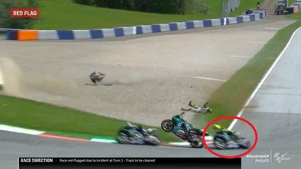 Koszmarny wypadek w MotoGP. Valentino Rossi milimetry od tragedii! [WIDEO]