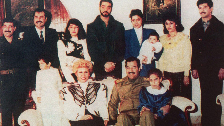 Saddam Husajn z rodziną w 1995 roku (fot. Wikimedia Commons)
