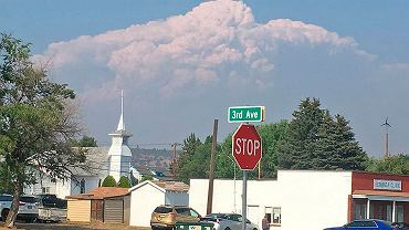 Chmury typu pyrocumulonimbus nad pożarami w Oregonie
