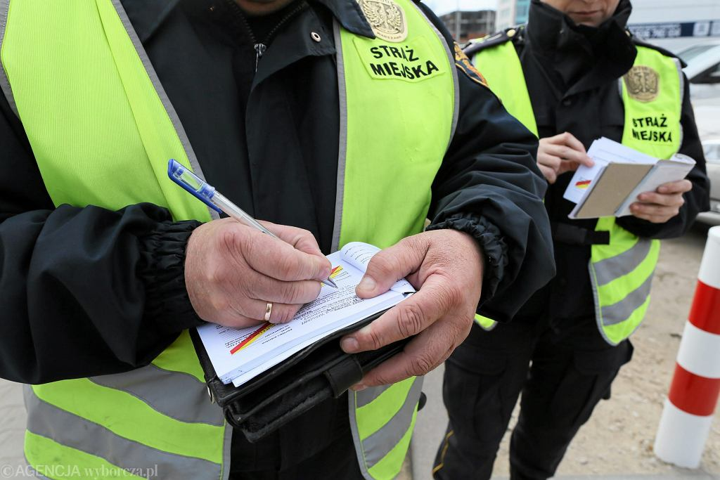 ;Warszawska Straz miejska wypisuje mandaty za zle parkowanie
