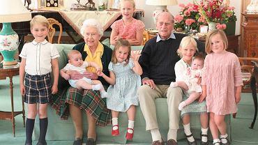 Królowa Elżbieta i książę Filip w towarzystwie prawnuków