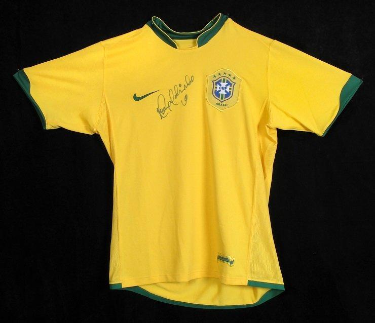 Koszulka, Brazylia, 2008 r., Ronaldinho, Ronaldinho zdobył wraz z reprezentacją Brazylii Mistrzostwo świata w 2002 r. Autograf. / Materiały prasowe Państwowego Muzeum Etnograficznego w Warszawie