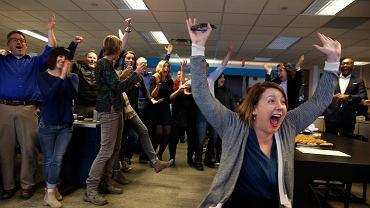 Radość w redakcji 'The Cincinatti Enquirer' po przyznaniu nagrody Pulitzera Amber Hunt (na pierwszym planie) za reportaż 'Seven Days of Heroin' (Siedem dni używania heroiny).