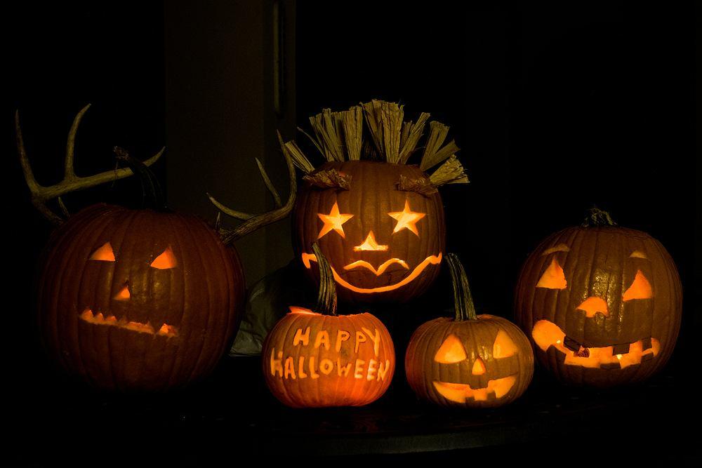 Wycinanie dyni na Halloween to świetna zabawa dla całej rodziny. Zdjęcie ilustracyjne