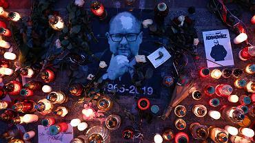 Pożegnanie prezydenta gdańska Pawła Adamowicza - serce ze zniczy w dniu pogrzebu. Kraków,  Rynek Główny, 19 stycznia 2019