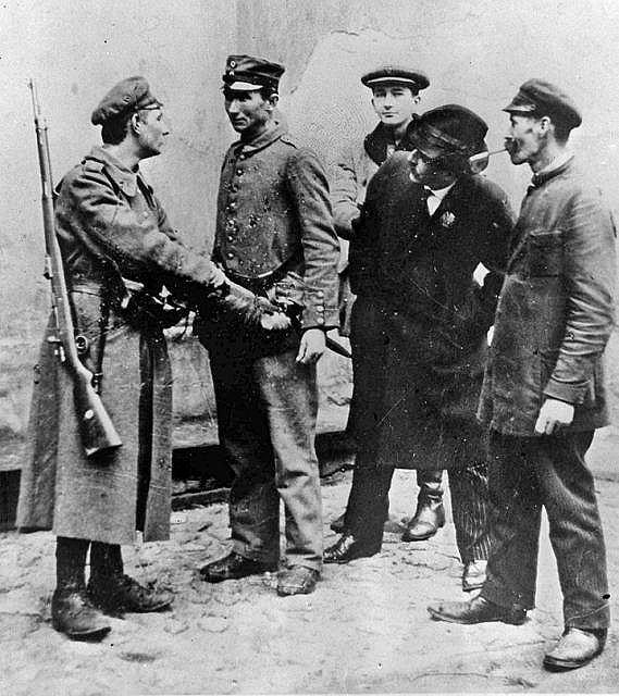 Rozbrajanie żołnierza Niemieckiego. Zdjęcie nieznanego autora, być może pozowane