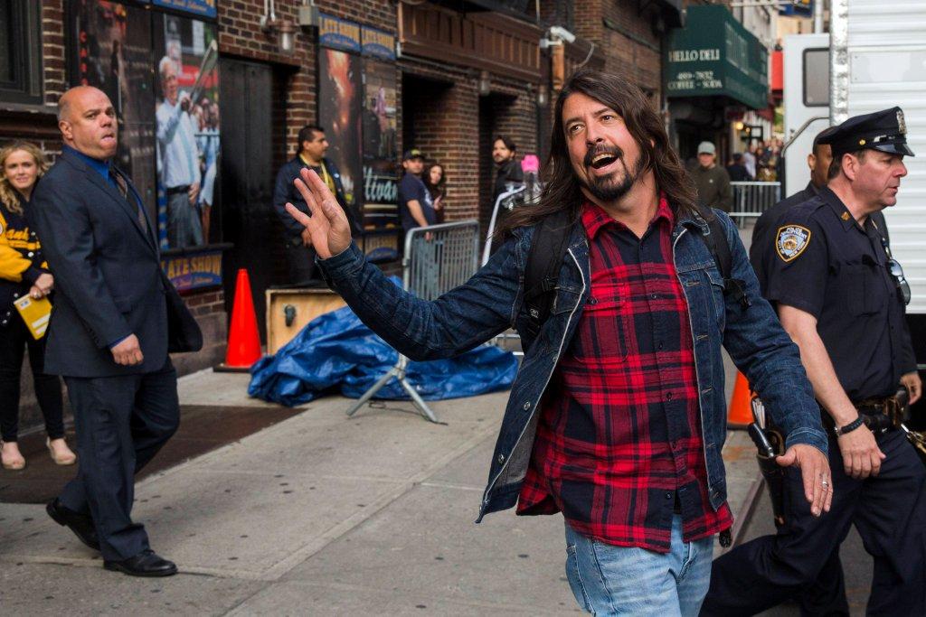 Znany muzyk Dave Grohl miał wypadek podczas koncertu - spadł ze sceny i złamał nogę
