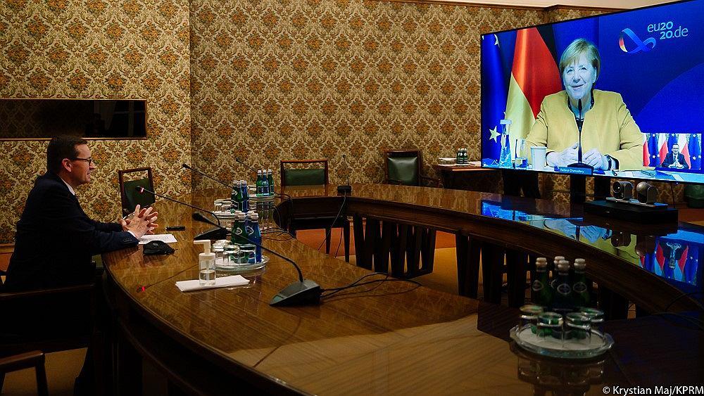 Premier Mateusz Morawiecki rozmawia z Angelą Merkel