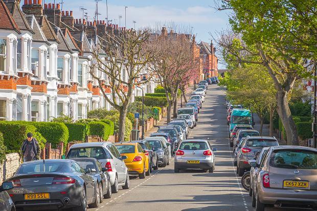 Wielka Brytania ma zakazać sprzedaży nowych samochodów spalinowych od 2030 roku