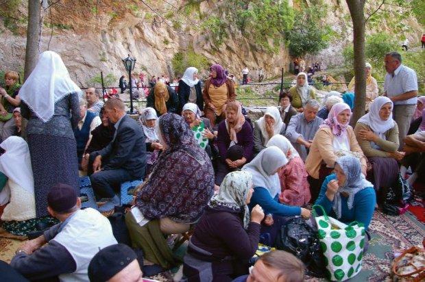 Na majowe święto proroka Mahometa (mavlud) co roku zjeżdżają  do Blagaju tłumy, by się pomodlić, porozmawiać, ale i dobrze zjeść.