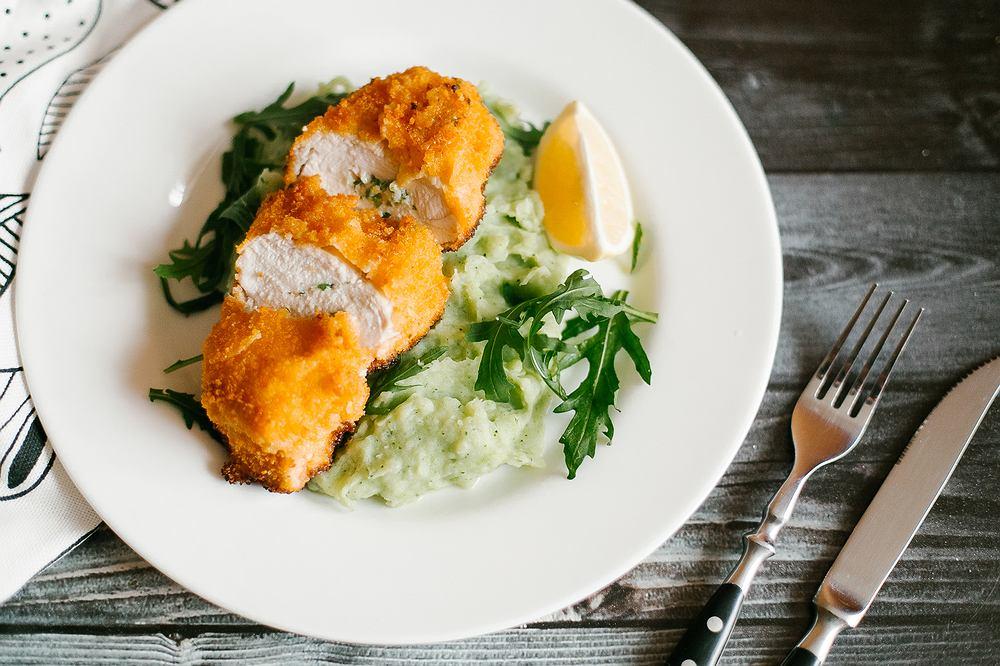 Kotlet devolay, a raczej de voille to jedno z najpopularniejszych dań z kurczaka.