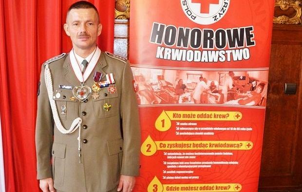 Starszy chorąży sztabowy Jacek Schmidt uhonorowany Złotym Krzyżem Zasługi za oddawanie krwi w 2013 roku