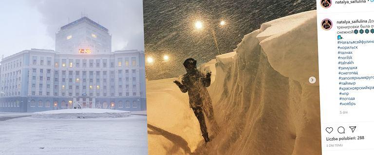 Miasto odcięte od świata. Od kilku dni pada tam śnieg. Ludzie przebijają się przez zaspy