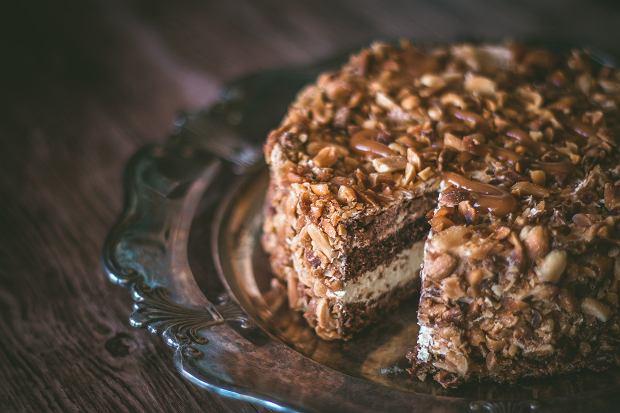 Jak upiec ciasto snikers? 2 przepisy