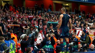 Arjen Robben - jak zwykle indywidualnie - triumfuje po zwycięstwie swojego zespołu w Londynie