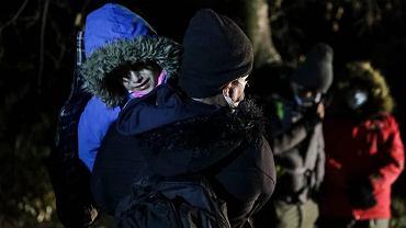 Noc z niedzieli na poniedziałek (11 października). Grupa Kurdów (w tym 4 dzieci) w obecności strażników granicznych oświadczyła chęć złożenia wniosków o ochronę międzynarodową. SG zobowiązała się zabrać ich na placówkę w Narewce i nie wywieźć kolejnych dzieci do lasu. Kilkanaście godzin później Fundacja Ocalenie poinformowała, że uchodźcy przez pograniczników zostali wywiezieni do lasu.