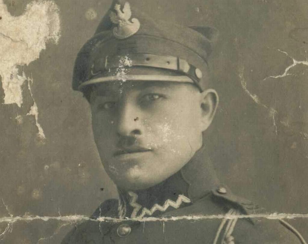 Bohater tekstu w mundurze żandarma.