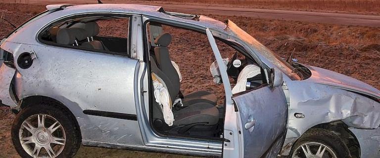 Samochód dachował, wszyscy pasażerowie i kierowca wypadli. 23-latka nie żyje